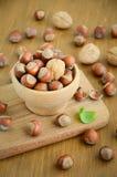 Φουντούκια και ξύλα καρυδιάς σε ένα ξύλινο κύπελλο Στοκ Εικόνες