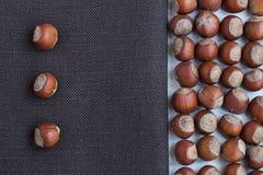 Φουντούκια σε ένα καφετί ύφασμα Στοκ εικόνα με δικαίωμα ελεύθερης χρήσης