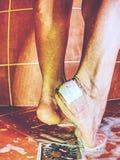 Φουσκάλα κάλυψης ασβεστοκονιάματος στο τακούνι στο ντους στοκ εικόνες