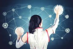 Φουτουριστική γυναίκα σχετικά με δύο εικονικά κουμπιά Στοκ εικόνα με δικαίωμα ελεύθερης χρήσης