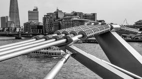 Φουτουριστική κατασκευή της γέφυρας χιλιετίας στο Λονδίνο - το ΛΟΝΔΙΝΟ - τη ΜΕΓΑΛΗ ΒΡΕΤΑΝΊΑ - 19 Σεπτεμβρίου 2016 Στοκ Φωτογραφία