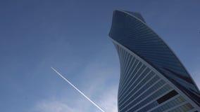 φουτουριστικοί ουραν&om Στο υπόβαθρο, τον ουρανό και το μακρινό πετώντας αεροπλάνο πρωινός απόθεμα βίντεο