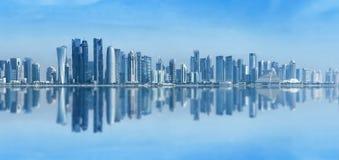 Φουτουριστικός αστικός ορίζοντας Doha, Κατάρ Το Doha είναι η κύρια και μεγαλύτερη πόλη της αραβικής κατάστασης του Κατάρ Πανοραμι στοκ εικόνες