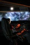 Φουτουριστικός αστροναύτης πειραματικός και starfield νεφέλωμα απεικόνιση αποθεμάτων