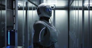 Φουτουριστικό αρρενωπό ρομπότ που λειτουργεί στο δωμάτιο κεντρικών υπολογιστών στοκ φωτογραφία με δικαίωμα ελεύθερης χρήσης