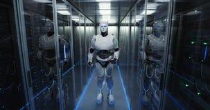 Φουτουριστικό αρρενωπό ρομπότ που λειτουργεί στο δωμάτιο κεντρικών υπολογιστών στοκ φωτογραφία