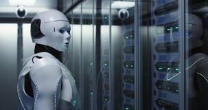 Φουτουριστικό αρρενωπό ρομπότ που λειτουργεί στο δωμάτιο κεντρικών υπολογιστών στοκ φωτογραφίες
