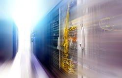 Φουτουριστικό κέντρο δεδομένων με τη θαμπάδα κινήσεων υπερυπολογιστών σειρών Στοκ εικόνες με δικαίωμα ελεύθερης χρήσης