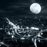 Φουτουριστικό πανόραμα νύχτας του ορίζοντα της Μπανγκόκ στη νύχτα πανσελήνων Στοκ Φωτογραφία