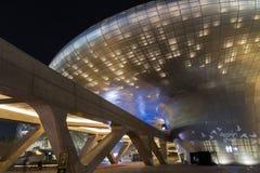 Φουτουριστικό σχέδιο Plaza Dongdaemun στη Σεούλ τη νύχτα Στοκ Εικόνες
