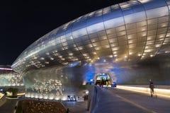 Φουτουριστικό σχέδιο Plaza Dongdaemun στη Σεούλ τη νύχτα Στοκ Φωτογραφίες