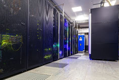 Φουτουριστικό σύγχρονο δωμάτιο κεντρικών υπολογιστών στο κέντρο δεδομένων Στοκ φωτογραφία με δικαίωμα ελεύθερης χρήσης