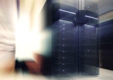 Φουτουριστικό σύγχρονο δωμάτιο κεντρικών υπολογιστών στο κέντρο δεδομένων με την ελαφριές θαμπάδα και την κίνηση Στοκ Φωτογραφία