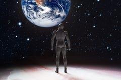 Φουτουριστικό τοπίο έννοιας φαντασίας - άτομο που στέκεται στο Λα ερήμων Στοκ Φωτογραφία
