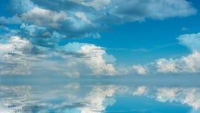 Φουτουριστικό υπόβαθρο που αποτελείται από το συνδετήρα χρονικού σφάλματος των άσπρων χνουδωτών σύννεφων πέρα από το μπλε ουρανό  διανυσματική απεικόνιση