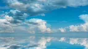 Φουτουριστικό υπόβαθρο που αποτελείται από το συνδετήρα χρονικού σφάλματος των άσπρων χνουδωτών σύννεφων πέρα από το μπλε ουρανό  απεικόνιση αποθεμάτων
