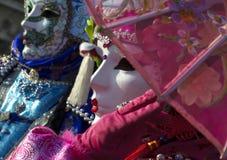 Φούξια και μπλε μάσκες καρναβαλιού στη Βενετία Στοκ εικόνα με δικαίωμα ελεύθερης χρήσης