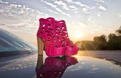 Φούξια παπούτσια στο αυτοκίνητο και το ηλιοβασίλεμα στοκ εικόνες με δικαίωμα ελεύθερης χρήσης