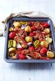 Φούρνος-ψημένα λουκάνικα με τα λαχανικά φθινοπώρου στοκ εικόνες με δικαίωμα ελεύθερης χρήσης