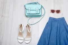 Φούστα τζιν, άσπρα παπούτσια, γυαλιά και τσάντα Μοντέρνο conce Στοκ φωτογραφία με δικαίωμα ελεύθερης χρήσης