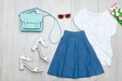 Φούστα τζιν, άσπρη μπλούζα, παπούτσια και τουλίπες Μοντέρνο concep Στοκ εικόνα με δικαίωμα ελεύθερης χρήσης