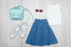 Φούστα τζιν, γυαλιά, άσπρα μπλούζα και πάνινα παπούτσια Μοντέρνος ομο Στοκ φωτογραφία με δικαίωμα ελεύθερης χρήσης