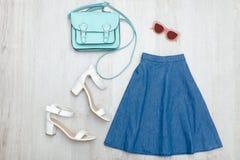 Φούστα τζιν, γυαλιά, άσπρες παπούτσια και τσάντα Μοντέρνο conce Στοκ Εικόνες