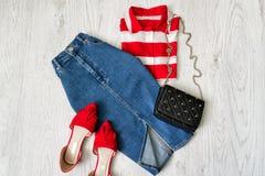 Φούστα τζιν, κόκκινα παπούτσια, άσπρο και κόκκινο πουκάμισο, κολάζ Fashionabl Στοκ Φωτογραφίες
