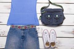 Φούστα τζιν με μια μπλε κορυφή δεξαμενών Στοκ Εικόνες
