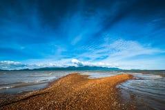 Φράγμα άμμου σε εκβολή ποταμού απέναντι από το νησί στοκ φωτογραφίες με δικαίωμα ελεύθερης χρήσης