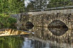 Φράγμα και παλαιά γέφυρα πετρών του σταθμού υδροηλεκτρικής ενέργειας σε HDR Στοκ Εικόνα