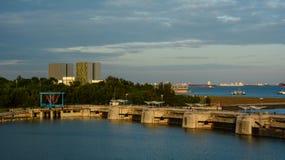Φράγμα μαρινών στο ηλιοβασίλεμα στη Σιγκαπούρη Στοκ εικόνα με δικαίωμα ελεύθερης χρήσης
