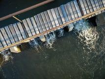Φράγμα παρεκτροπής ποταμών με το foothbridge Στοκ φωτογραφία με δικαίωμα ελεύθερης χρήσης