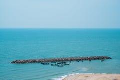 Φράγμα στη σαφείς μπλε θάλασσα και το μπλε ουρανό Στοκ φωτογραφία με δικαίωμα ελεύθερης χρήσης