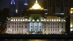 Φράγμα της Σαγκάη άποψης από το pudong τη νύχτα, το παλαιές κτήριο ύφους & τη σκιαγραφία ανθρώπων φιλμ μικρού μήκους