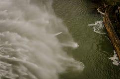 Φράγμα του έλους Aguilar de Campoo που απαλλάσσει το νερό στοκ φωτογραφίες με δικαίωμα ελεύθερης χρήσης