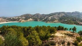 Φράγμα Dagdere Gecitkoy με το τυρκουάζ νερό κοντά στη Κερύνεια, βόρεια Κύπρος στοκ φωτογραφία με δικαίωμα ελεύθερης χρήσης