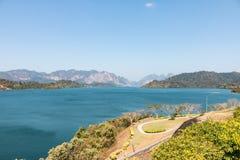 Φράγμα Ratchaprapa, εθνικό πάρκο Khao sok ή Guilin της Ταϊλάνδης, στοκ εικόνα