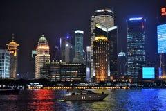 Φράγμα Waitan τη νύχτα στη Σαγκάη Κίνα, ποταμός στοκ εικόνα