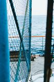 Φράκτης από το πλέγμα ενάντια στη θάλασσα Στοκ Φωτογραφία