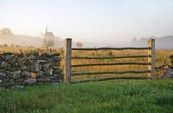 Φράκτης ασβεστόλιθων και misty landscape.TN στοκ εικόνες