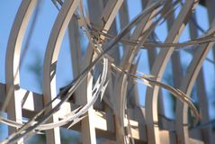 Φράκτης ασφαλείας με το μπλε ουρανό καλωδίων ξυραφιών upclose στοκ φωτογραφία με δικαίωμα ελεύθερης χρήσης