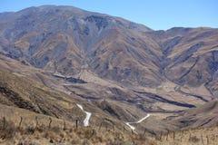 Φράκτης, επικίνδυνος δρόμος και μεγάλο βουνό - salta, Αργεντινή στοκ εικόνες