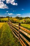 Φράκτης και άποψη των κυλώντας λόφων και του καλλιεργήσιμου εδάφους στο εθνικό πεδίο μάχη Antietam Στοκ φωτογραφία με δικαίωμα ελεύθερης χρήσης
