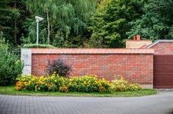 Φράκτης και κήπος στοκ φωτογραφία με δικαίωμα ελεύθερης χρήσης