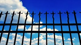 Φράκτης και νεφελώδης ουρανός Στοκ φωτογραφίες με δικαίωμα ελεύθερης χρήσης