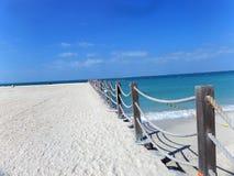 Φράκτης και σκιά σχοινιών στην παραλία στοκ φωτογραφία