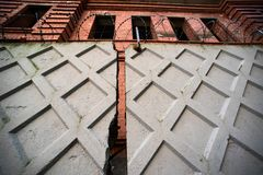 Φράκτης με οδοντωτό - ατελές σπίτι καλωδίων και τούβλου Στοκ εικόνες με δικαίωμα ελεύθερης χρήσης