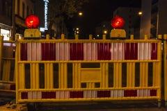 Φράκτης με τα κόκκινα φω'τα προειδοποίησης που προειδοποιούν για την κατασκευή Στοκ Εικόνες