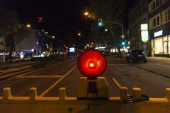 Φράκτης με την κόκκινη ελαφριά προειδοποίηση προειδοποίησης της κατασκευής Στοκ φωτογραφία με δικαίωμα ελεύθερης χρήσης